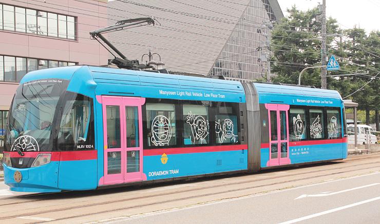 運行が3年間継続されることになった「ドラえもんトラム」=高岡市あわら町