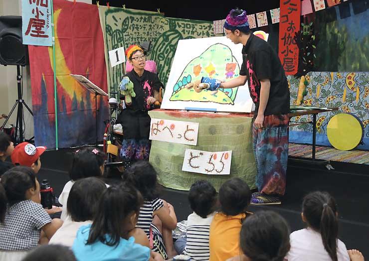 「うさぎとかめ」を演じる「ぱぺっと・どらら」の大浦さん(左)と大西さん=4日午前10時27分、飯田市の飯田文化会館