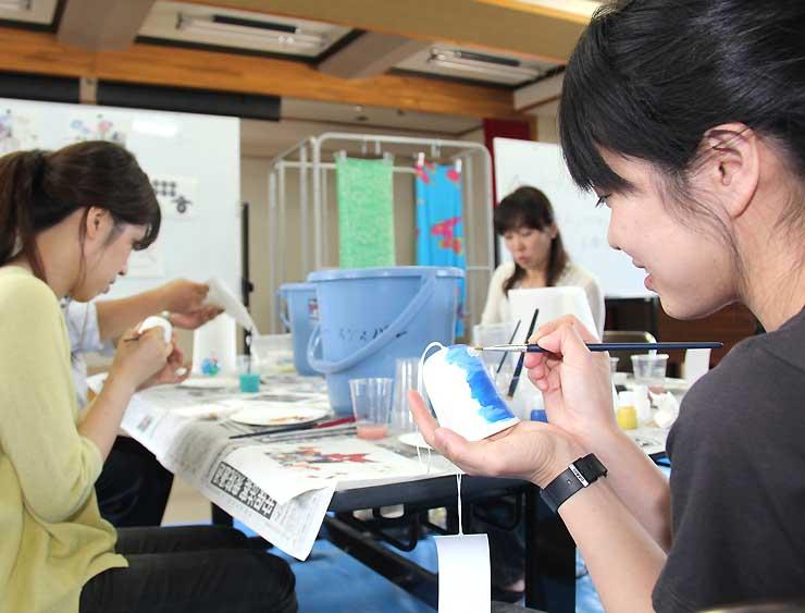 7月24日に開いた地元向けの絵付け体験会で風鈴に絵を描く人たち