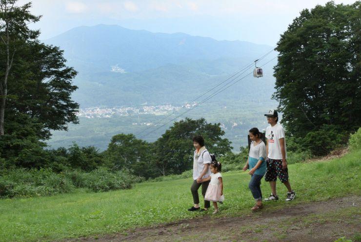 雄大な景色を眺めながら散策。豊かな自然の中を家族連れらがゆったりと楽しんでいた=妙高市