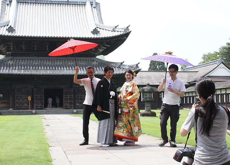 仏殿を背景にした撮影に臨む中三川さんと黒政さん(中央)=瑞龍寺