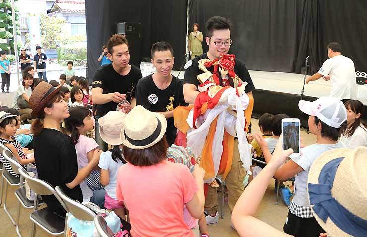 観客の目の前で人形を操る台湾の劇人たち