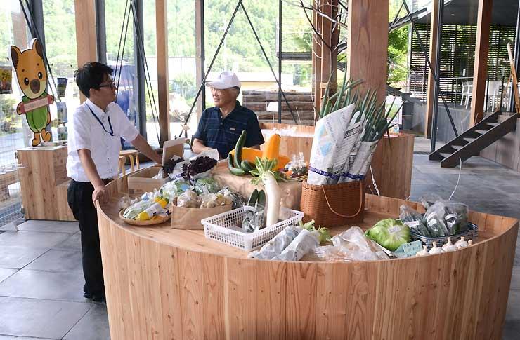 多数の野菜が並んだ川上村の農産物等直売所