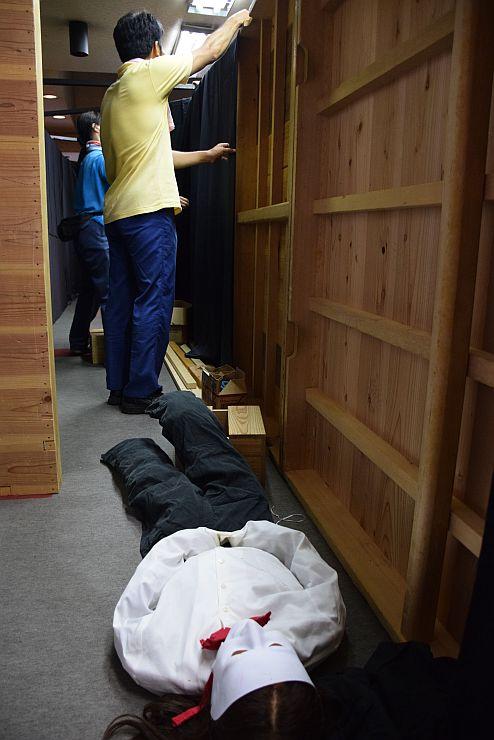 糸魚川市の商店街に登場するお化けの館。本番に向け準備が進む=糸魚川市