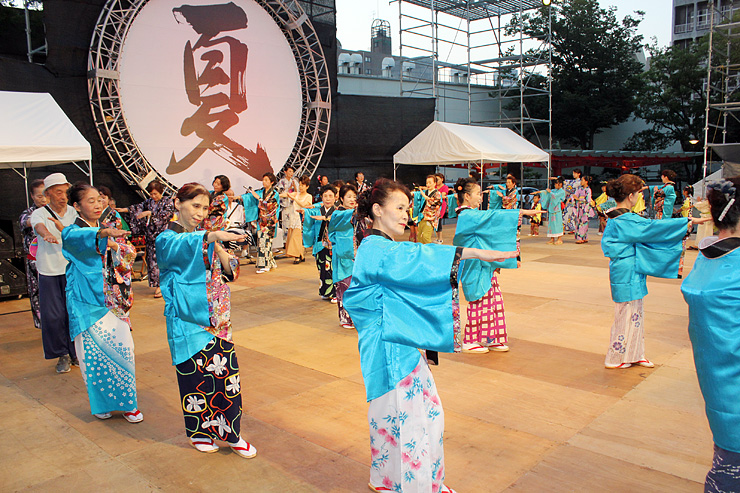 富山音頭に合わせて踊る出演者=富山城址公園