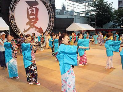 華やかに民謡踊り 富山まつり開幕