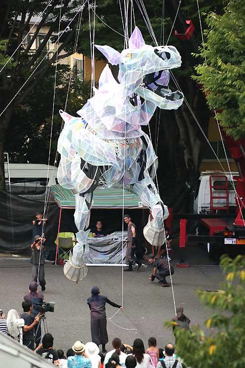 躍動感あふれる動きを見せる全長7メートルの馬