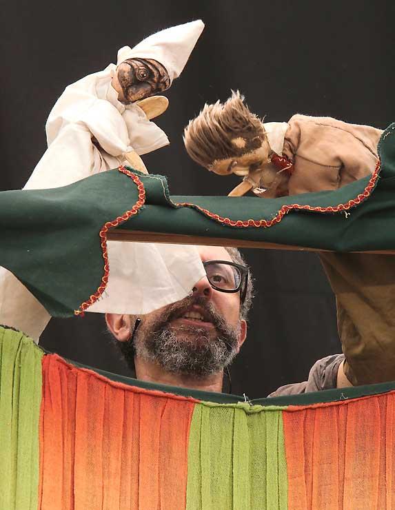 繊細に人形を操るジャンルーカ・ディ・マッテオさん