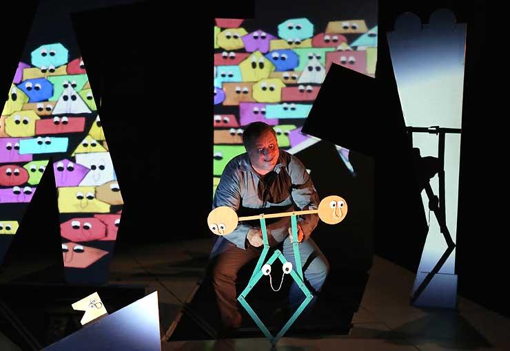 映像も使った舞台で人形劇を演じるパスカル・ベルニョーさん