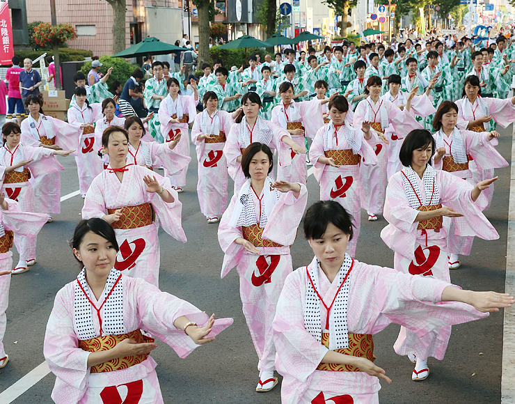 多くの踊り手が参加し、観客を楽しませた越中おわら踊り=富山市の城址大通り