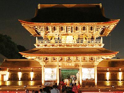 大伽藍 厳かに 瑞龍寺で「夜の祈りと大福市」