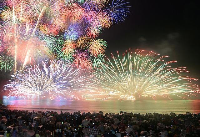 大迫力の水中花火などが海と夜空を彩った2014年の三国花火大会=福井県坂井市の三国サンセットビーチ