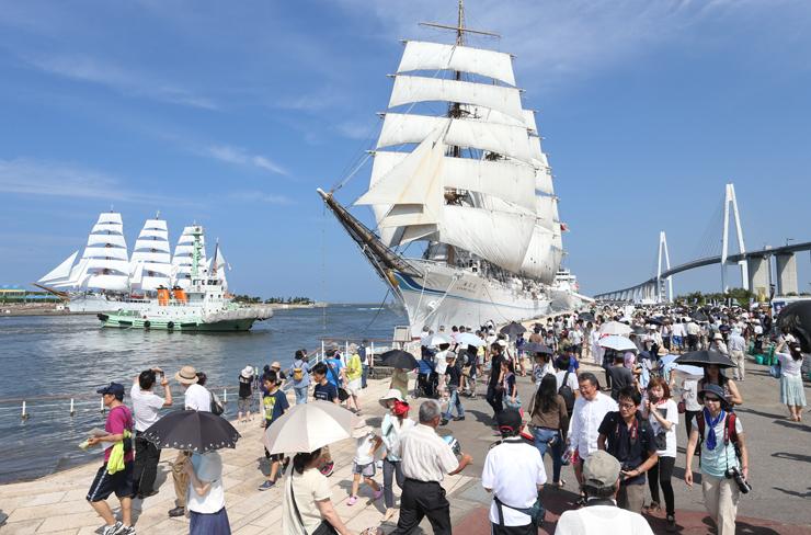 帆を広げた2代目海王丸(中央)と初代海王丸(左)。右奥は新湊大橋 =海王丸パーク