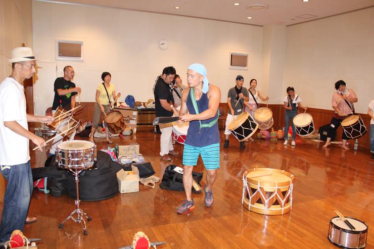 廣瀬さん(中央)の指導で、よりレベルの高いマラカトゥ演奏に挑戦する「トゥーマラッカ」メンバー=南砺市福野文化創造センター