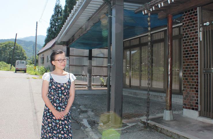 田舎暮らしに触れてもらうイベントを開く家の前で話す高橋さん