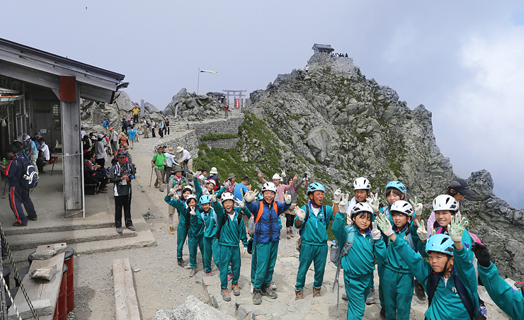 登山者でにぎわう雄山山頂。奥は雄山神社峰本社