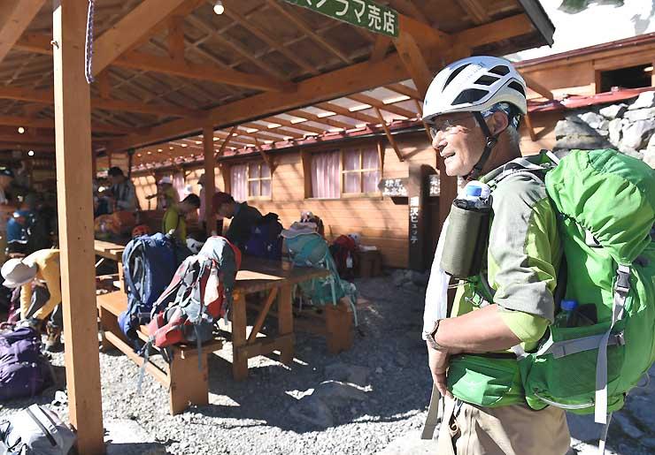 ヘルメットを着用する登山者。持参する人も目立った=北アルプスの涸沢ヒュッテ