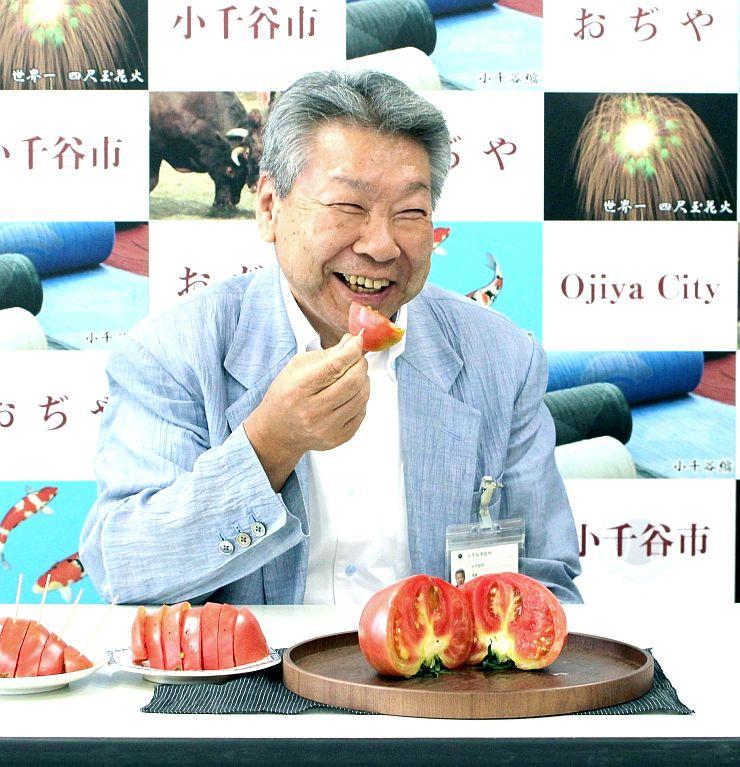 定例会見で三仏生トマトをPRする小千谷市の大塚昇一市長=小千谷市役所