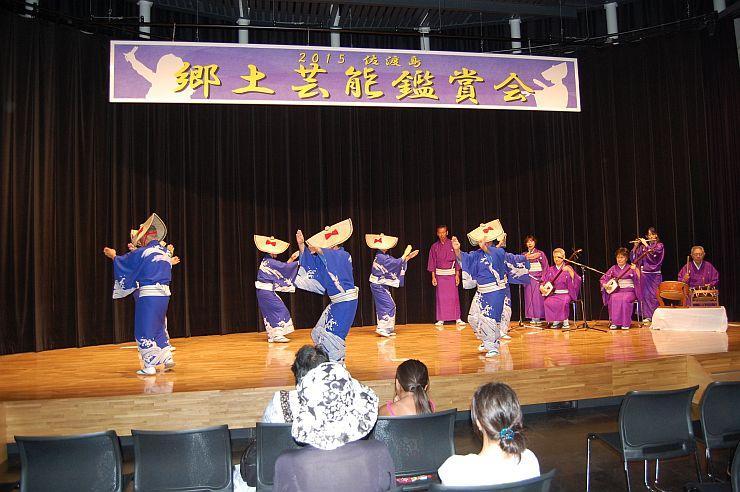 観光客も一緒に民謡の踊りを楽しんだ「佐渡島郷土芸能祭」=11日、佐渡市両津夷