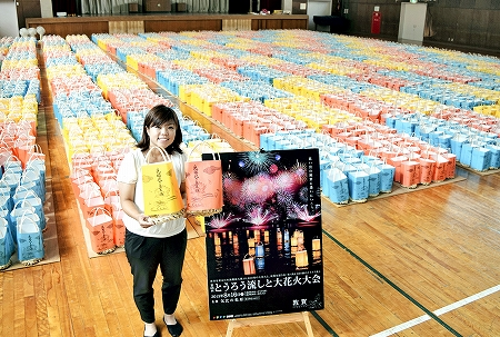 大花火大会で海に流される約6千個のとうろう=11日、敦賀市内
