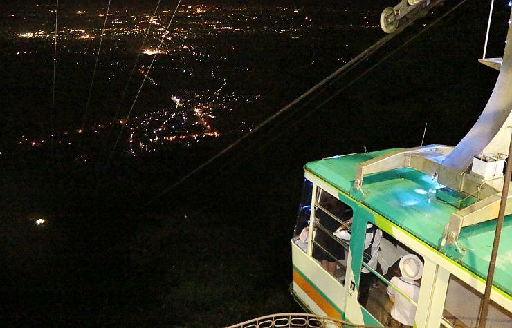 夜景が楽しめるように夜間運行をしている弥彦山ロープウェイ=10日、弥彦村