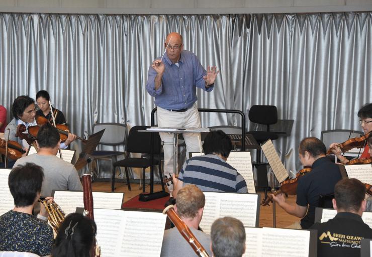 SKOの練習で指揮をするギル・ローズさん=13日、まつもと市民芸術館