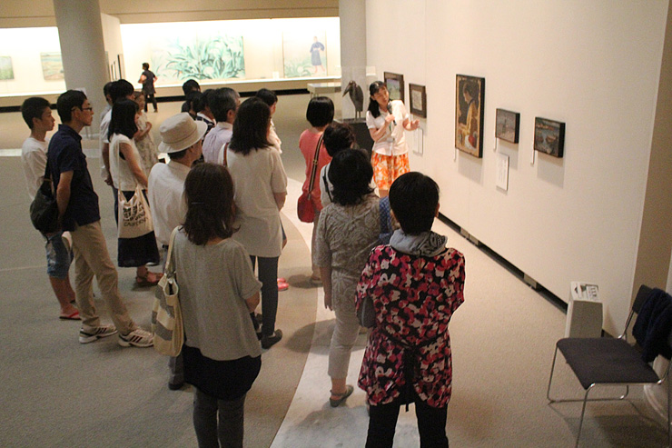 お盆で帰省した人たちが訪れた会場=県立近代美術館