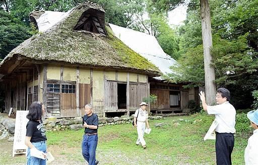 大規模な修理に入るのを前に特別公開された旧木下家住宅=14日、勝山市北郷町伊知地