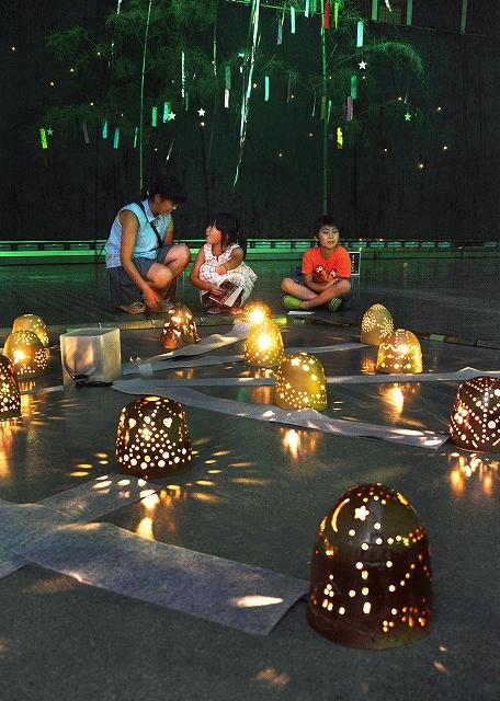幻想的な光りを放つ越前焼の明かり取り=15日、越前町の越前陶芸村文化交流会館