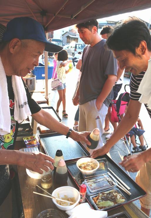 ローメンのスープ風と焼きそば風の食べ比べセットを買う人たち