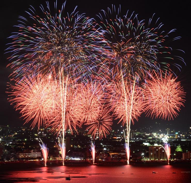 大音響と共に、夜空を華やかに彩り、湖面も染めた諏訪湖祭湖上花火大会=15日午後8時7分、下諏訪町小湯の上から