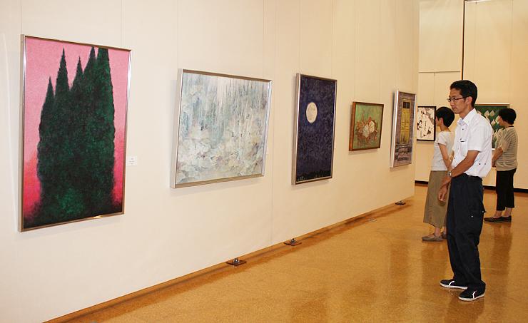 県内の日本画作家73人の作品が並ぶ展示=松村外次郎記念庄川美術館