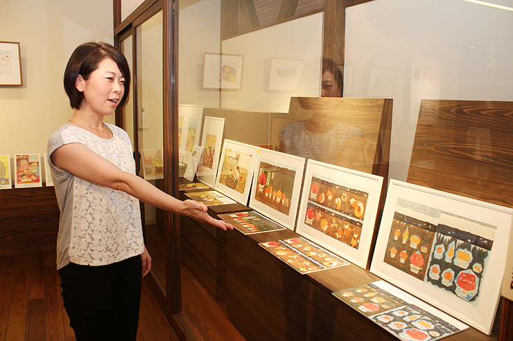 作品を紹介する吉水さん=となみ散居村ミュージアム民具館