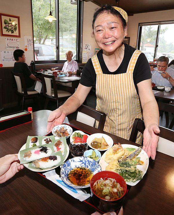 笹ずしとそばが味わえる権現御膳。母ちゃんの笑顔もごちそうだ=糸魚川市槙「農家キッチンひだまり」