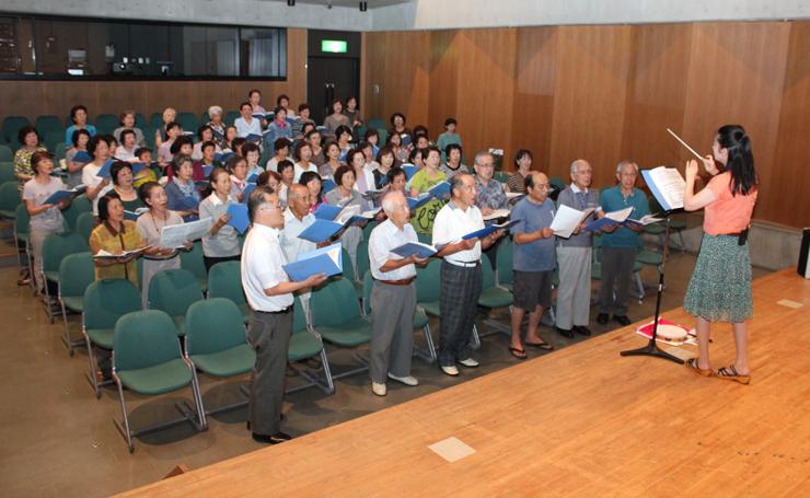 練習に励む小杉童謡の会のメンバー