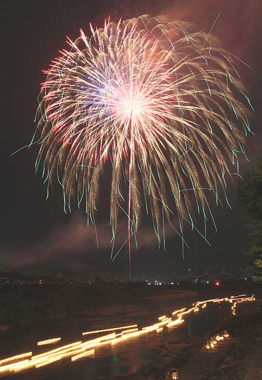 天竜川を流れる灯籠と打ち上げられた花火=16日午後7時35分