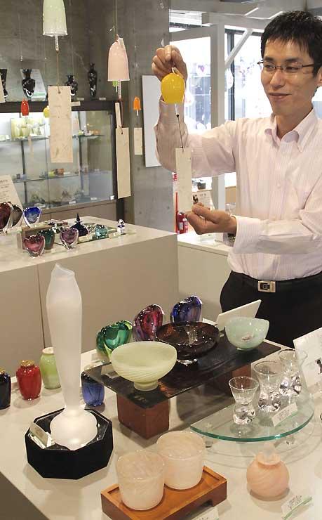 風鈴や透明な酒器など清涼感がある作品が並ぶコーナー