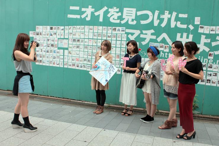 歌や踊りなどの得意分野を生かして富山を発信するモデルを撮影する谷端さん(左)=富山市総曲輪