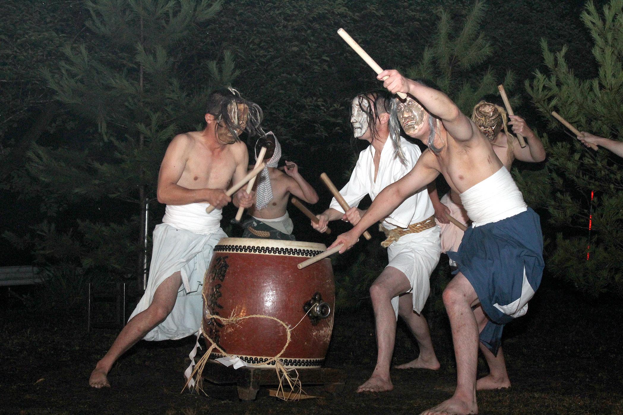 迫力ある太鼓演奏を披露する能登町太鼓蓮響のメンバー=能登町国重