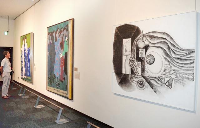 女性を描いた多様な作品が並ぶ移動美術館=19日、福井県小浜市遠敷2丁目の福井県立若狭歴史博物館