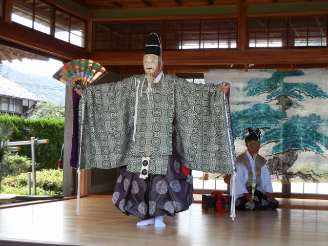 秋祭りで奉納された風祈能の「一人翁」=19日、福井県若狭町気山の宇波西神社