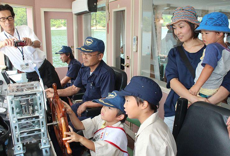 船長体験を楽しむ子どもたち=魚沼市