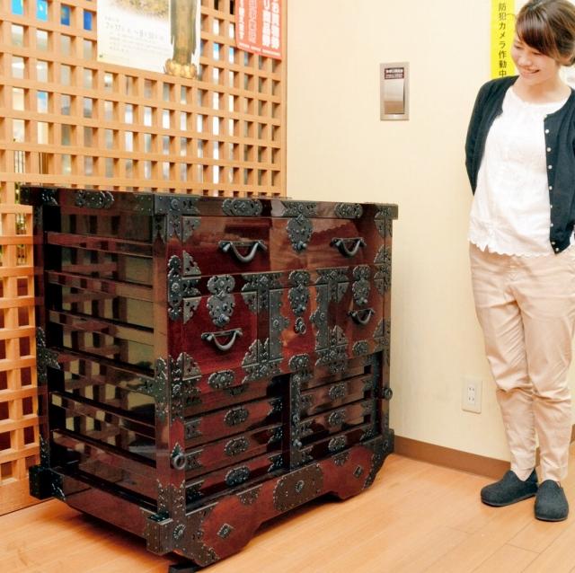 約200年前の製品を再現した越前箪笥。金具をふんだんに使った豪華な作りとなっている=福井県越前市観光・匠の技案内所