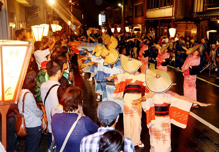おわら風の盆前夜祭が始まり、優雅な舞を披露する踊り手=富山市八尾町西新町