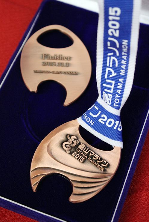 フルマラソン完走者に贈られるメダルの試作品