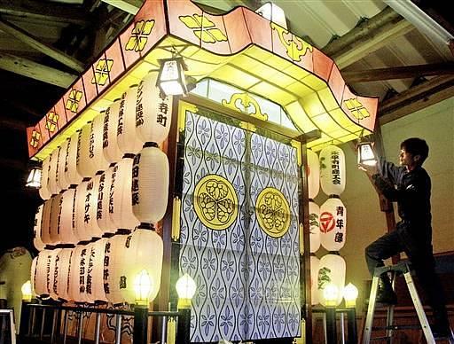 7年ぶりに復活したあんどん山車。23日に永平寺大燈籠ながしの会場で披露される=永平寺町内の倉庫