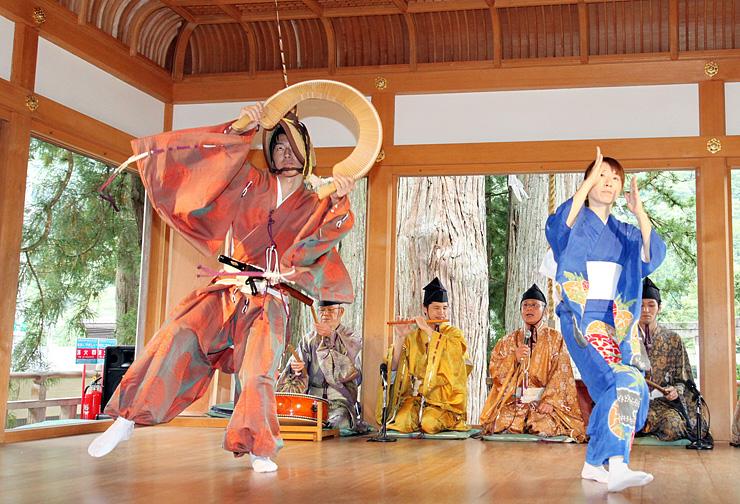 国重要文化財・白山宮の舞殿で披露された「こきりこ」=南砺市上梨