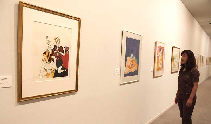 女性を題材とした版画やアクリル画など約120点が並ぶ企画展