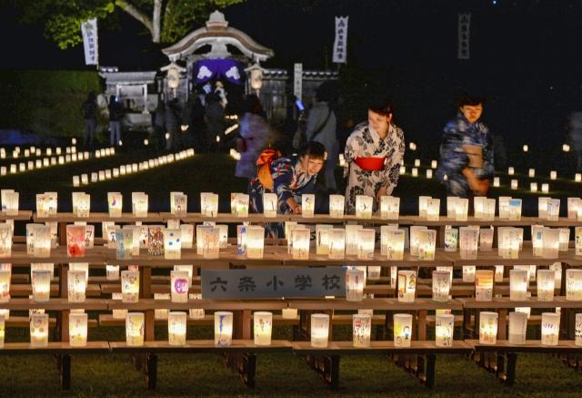 約1万5千個のろうそくが戦国城下を幻想的に彩った越前朝倉万灯夜=22日、福井市の一乗谷朝倉氏遺跡