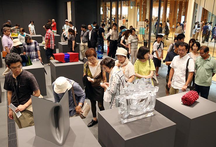 国内外の作家のガラス作品に見入る大勢の来館者=富山市ガラス美術館